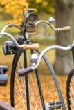 一辆老便士极少量自行车 免版税图库摄影