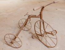 一辆老儿童三轮车1930年 库存照片