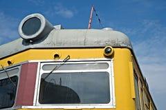 一辆老内燃机车的特写镜头前面视图反对bac的 库存照片