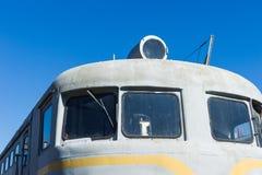 一辆老内燃机车的特写镜头前面视图反对bac的 库存图片