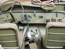 一辆老军用吉普的仪表板 免版税图库摄影