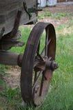 从一辆老古色古香的无盖货车的铁轮子 免版税库存照片