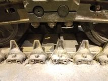 一辆老坦克的踩 图库摄影