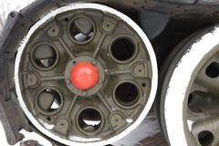 一辆老坦克的轮子和轨道 库存照片