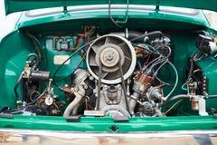 一辆老小汽车的引擎,在后面 免版税图库摄影