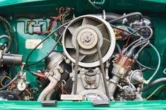 一辆老小汽车的引擎,在后面 免版税库存照片