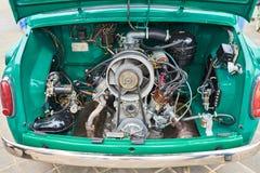 一辆老小汽车的引擎,在后面 库存照片
