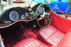 一辆老捷豹汽车敞篷车汽车的伯根地皮革内部 图库摄影