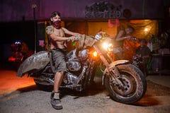一辆老摩托车的竟赛者 免版税库存照片