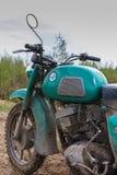一辆老摩托车-前面部分部份看法与肮脏的坦克的与汽油和把手污点在越野 图库摄影