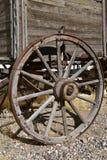 一辆老无盖货车的Spoked木轮子 免版税图库摄影
