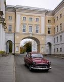 一辆老汽车在圣彼得堡,俄罗斯 免版税库存图片