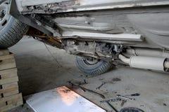 一辆老汽车的修理 底视图 库存图片