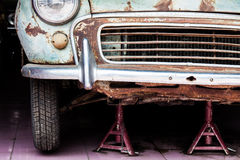 一辆老汽车的前面的细节在车库的 免版税库存图片