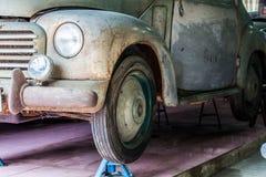 一辆老汽车的前面的细节在车库的 库存图片