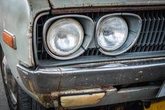 一辆老汽车的前面车灯的细节 免版税库存照片