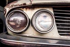 一辆老汽车的前面车灯的细节 库存照片
