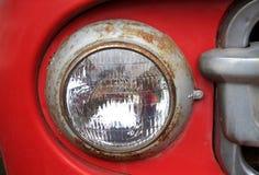 一辆老汽车的前面车灯的细节 图库摄影