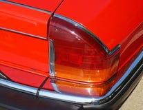 一辆老汽车的尾巴光 免版税库存图片