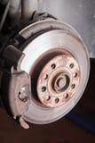 一辆老汽车的盘式制动器在修理的 库存图片