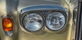 一辆老汽车的车灯 库存图片