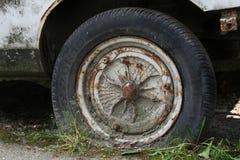 一辆老汽车的轮子 库存照片