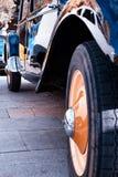 一辆老汽车的轮胎 库存照片