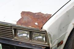 一辆老汽车的破裂和削皮油漆 库存图片