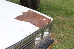 一辆老汽车的破裂和削皮油漆 免版税库存照片