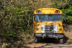 一辆老生锈的校车 免版税图库摄影