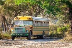 一辆老生锈的校车 免版税库存照片