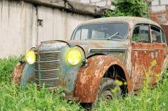一辆老生锈的汽车 免版税图库摄影