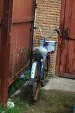 一辆老生锈的自行车 库存照片