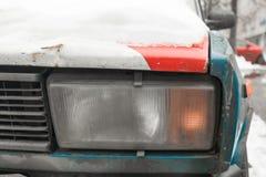 一辆老生锈的苏联汽车 Zhiguli 库存照片