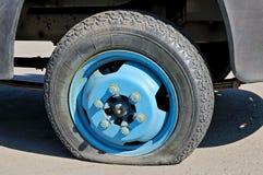 一辆老生锈的货物汽车的泄了气的轮胎 免版税库存图片