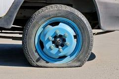 一辆老生锈的货物汽车的泄了气的轮胎 库存图片