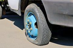 一辆老生锈的货物汽车的泄了气的轮胎 免版税库存照片