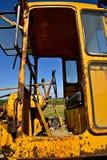 一辆老生锈的路平地机的笼子和齿轮 免版税库存图片