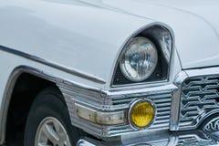 一辆老白色汽车的车灯 免版税库存图片