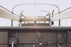 一辆老经典葡萄酒军队汽车的后方侧视图 免版税图库摄影