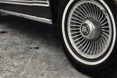 一辆老美国汽车的轮子 库存图片