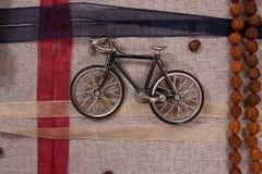 一辆老自行车的模型有色的磁带的 免版税库存图片