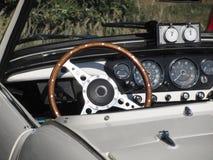 一辆老英国经典汽车的仪表板 方向盘和车仪器单块玻璃特殊看法  免版税库存照片