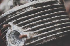 一辆老葡萄酒和古董车的引擎的细节 图库摄影