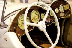 一辆老葡萄酒汽车的内部的看法在里斯本,葡萄牙 库存照片