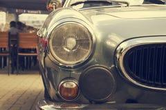 一辆老葡萄酒汽车的车灯 免版税库存图片