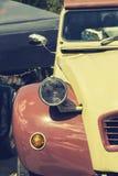 一辆老葡萄酒汽车的车灯 免版税图库摄影