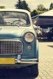 一辆老葡萄酒汽车的车灯 库存图片