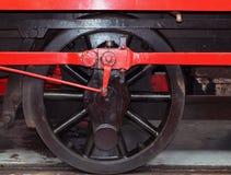一辆老蒸汽机车的轮子绘了与红色联结的黑色 免版税图库摄影