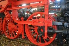 从一辆老蒸汽机车的飞轮 库存图片